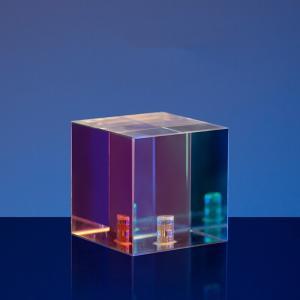 Kristallkub med regnbågseffekt för kreativ fotografering
